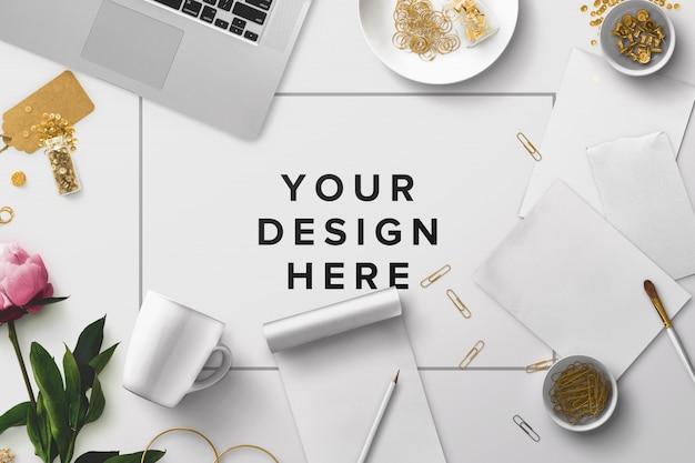 Maquete de mesa de escritório com laptop e papéis