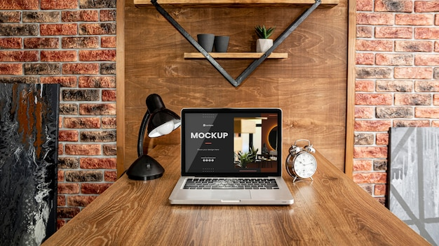 Maquete de mesa de escritório com laptop