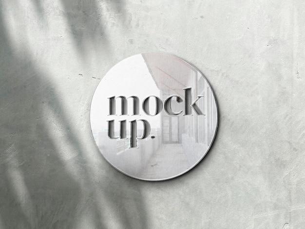 Maquete de metal do logotipo na parede realista