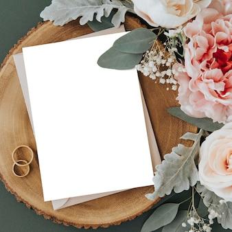 Maquete de modelo de cartão branco em branco e rosas
