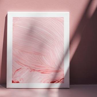 Maquete de moldura branca contra uma parede