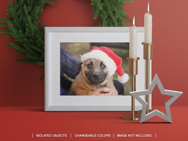 Maquete de moldura de cartão fotográfico para férias com velas decoração de guirlanda de natal