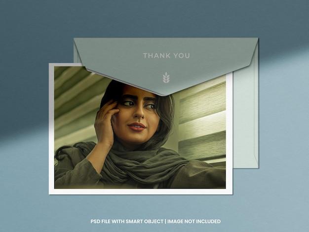 Maquete de moldura de foto com modelo de envelope psd premium