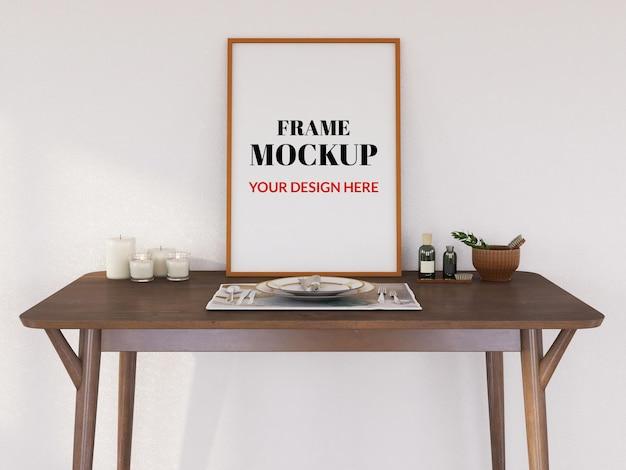Maquete de moldura de foto em branco na mesa de madeira