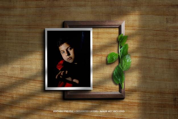 Maquete de moldura de foto em fundo de textura de madeira