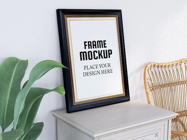 Maquete de moldura de foto na mesa com cadeira e planta