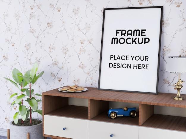 Maquete de moldura de foto na mesa contra a parede