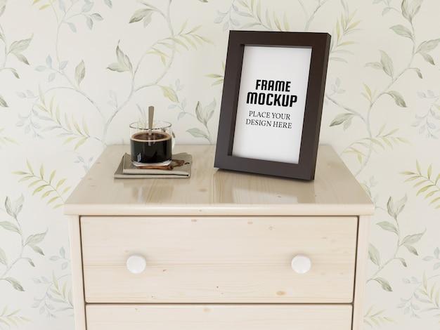 Maquete de moldura de foto na mini mesa
