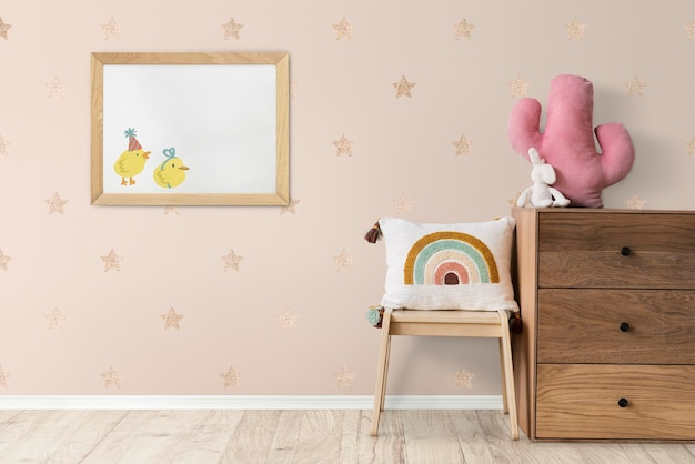 Maquete de moldura de foto pendurada no interior da decoração da casa do quarto das crianças