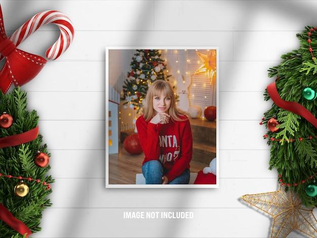Maquete de moldura de foto realista e minimalista ou moodboard para feliz natal e feliz ano novo com decoração de renderização 3d