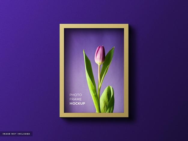 Maquete de moldura de foto realista em fundo colorido