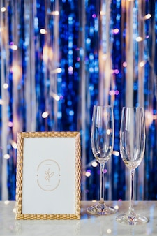 Maquete de moldura dourada em uma festa