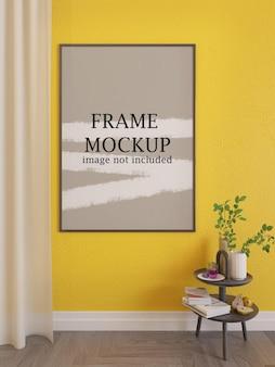 Maquete de moldura fina na parede amarela