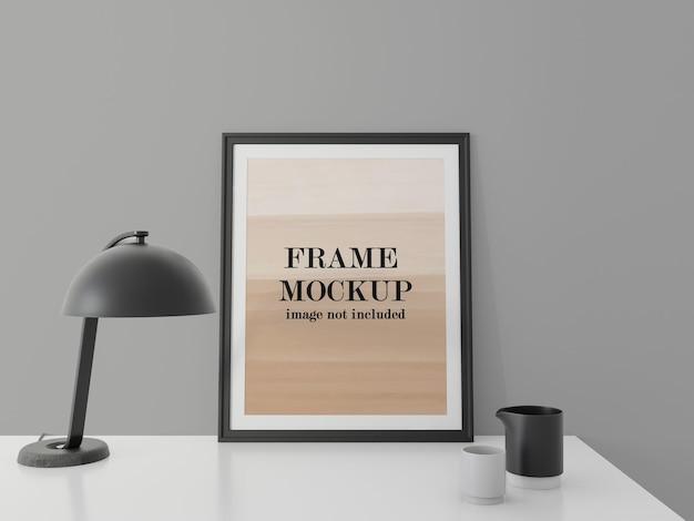 Maquete de moldura preta no design da mesa