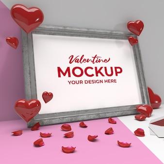 Maquete de moldura romântica dos namorados com coração e pétalas em moldura de prata