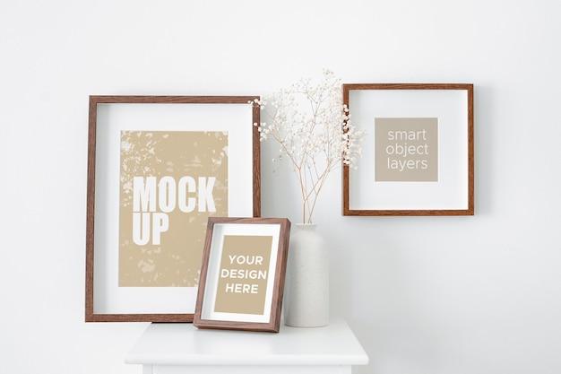 Maquete de molduras de fotos ou obras de arte na parede branca com decorações de plantas de gipsófila seca