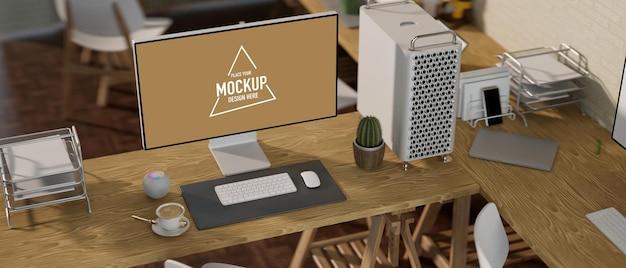 Maquete de monitor de computador de mesa vazio com material de escritório, piso de mesa de madeira, estúdio moderno