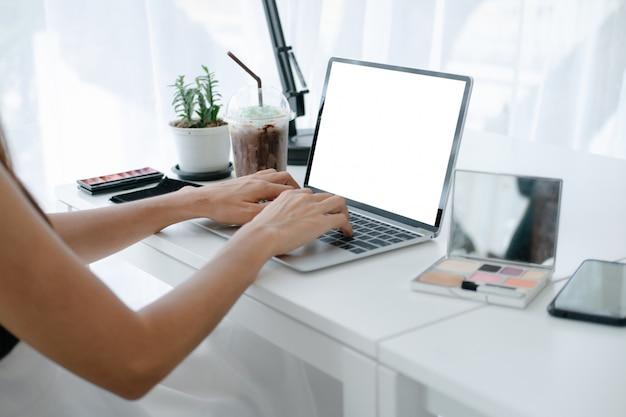 Maquete de mulher bonita, segurando o cartão de crédito, desfrutando no site de compras on-line com smartphone e laptop