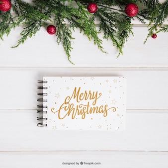 Maquete de natal com bloco de notas abaixo do visco