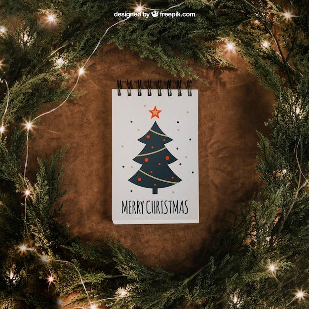 Maquete de natal com bloco de notas e luzes de corda