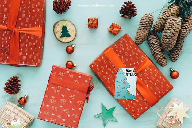 Maquete de natal com caixas atuais e cones de pinheiro