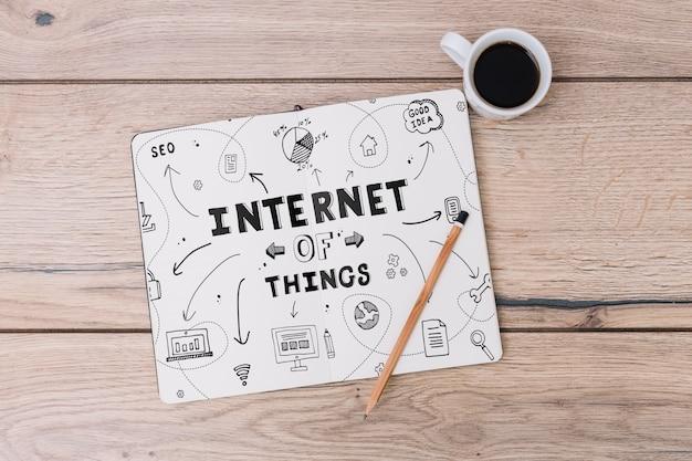Maquete de notebook aberto com café