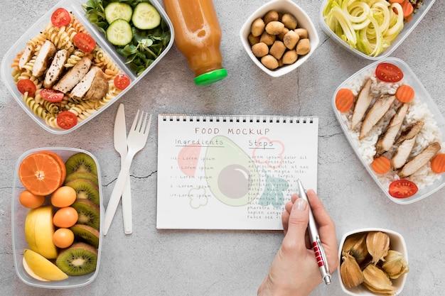 Maquete de notebook com alimentos orgânicos