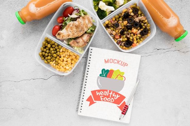 Maquete de notebook com comida saborosa