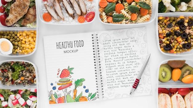 Maquete de notebook com comida saudável