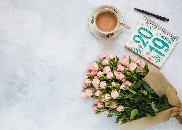 Maquete de notebook com decoração floral para casamento ou citação