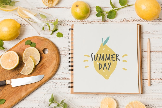 Maquete de notebook com limões para bebida de verão
