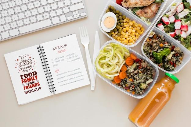 Maquete de notebook com refeições saborosas
