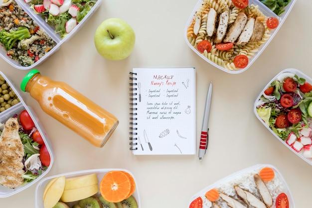 Maquete de notebook com refeições saudáveis