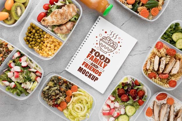 Maquete de notebook com vista superior de alimentos