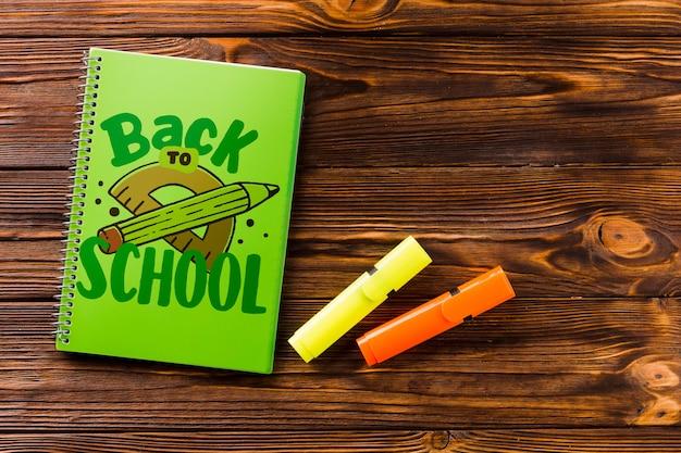 Maquete de notebook com volta ao conceito de escola