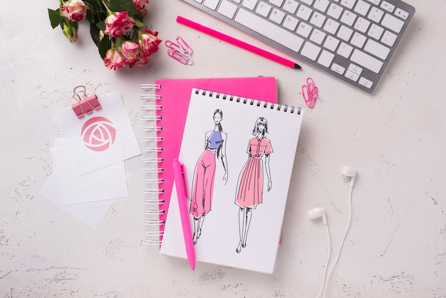 Maquete de notebook de vista superior perto de teclado e rosas