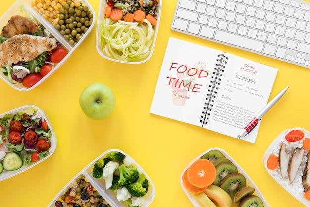 Maquete de notebook e comida saudável