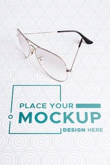 Maquete de óculos de alto ângulo de visão