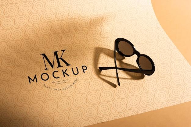 Maquete de óculos de sol de ângulo alto