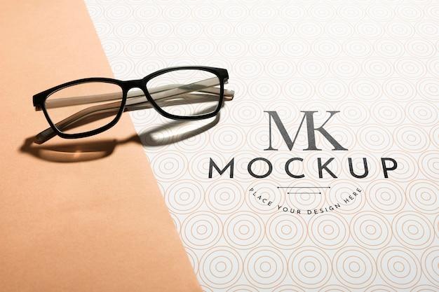 Maquete de óculos transparentes de ângulo alto