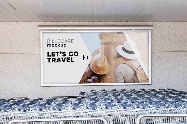 Maquete de outdoor com carrinhos de compras