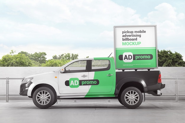 Maquete de outdoor de publicidade móvel pickup