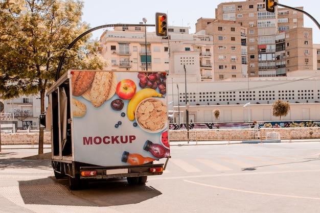 Maquete de outdoor no caminhão