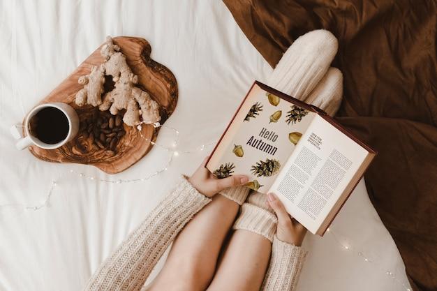 Maquete de outono com mulher na cama