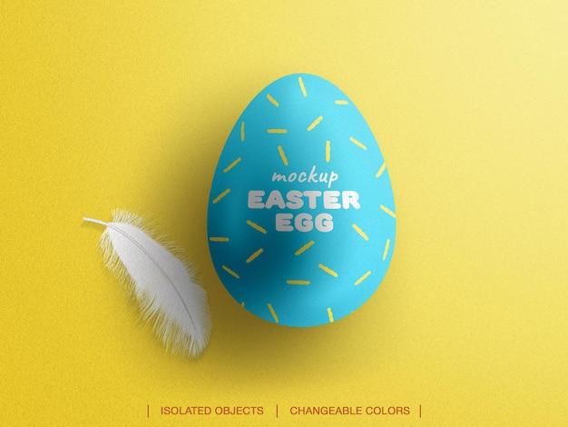 Maquete de ovo de páscoa com criador de cena de vista superior de penas isolado