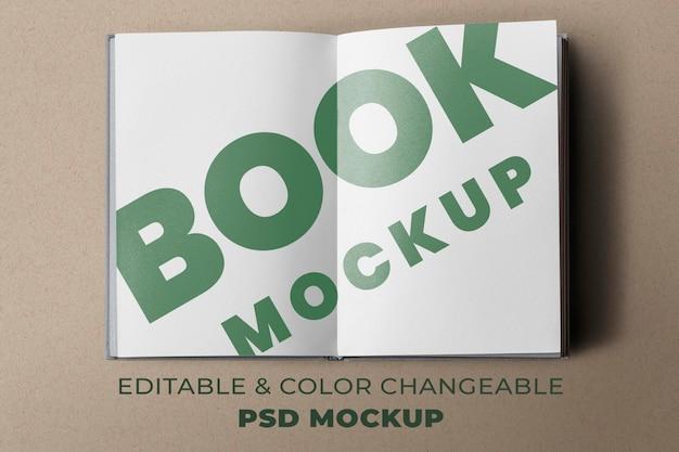 Maquete de páginas do livro aberto psd em fundo marrom