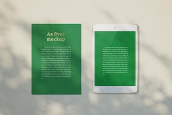 Maquete de panfleto em uma área de trabalho