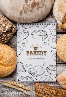 Maquete de pão e notebook