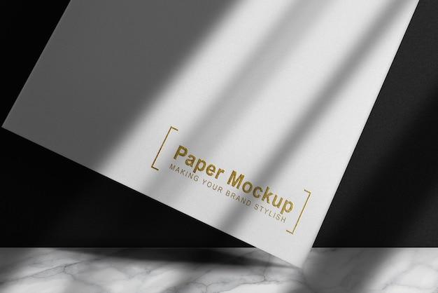 Maquete de papel branco flutuante com relevo luxuoso em ouro