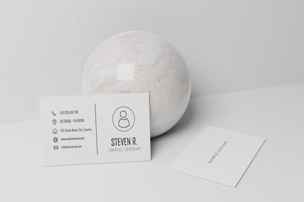 Maquete de papel cartão branco magra na esfera de mármore